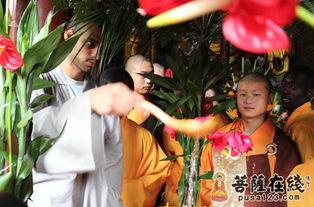 着一尊水晶释迦太子像,法相庄严.   常住院僧众、少林海外弟子及十...