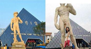 一尊坐落于长沙世界之窗的仿《大卫像》景观雕塑,被一位美女游客在...
