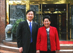 ...先生与著名国家治沙英雄、劳动模范牛玉琴女士(右)在陕西-投资陕...