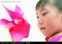 拿着粉色风车的小女孩