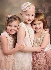 ...发布的照片中,小女孩们看起来比一年前更快乐.从左至右的三个小...