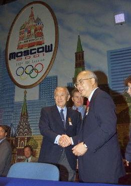 ...振梁握手,祝贺北京申奥成功.-重温见证萨马兰奇与中国深厚友谊的...