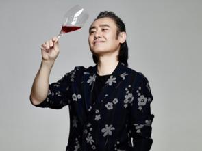 吴秀波丸子头造型首秀为尼雅葡萄酒拍摄新一季大片