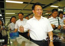 万庆良开心搭地铁上班     摄 -广州市长亲身体验挤地铁上班 称比乘公务...