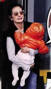 ...抱着9个月大的女儿候车,期间婴儿非常精灵,动来动去,妈妈不停...