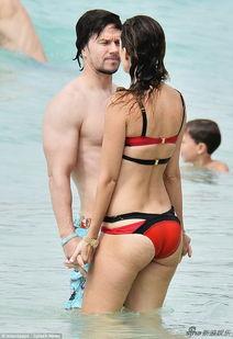 老婆水多太骚-...尔伯格裸身湿吻妻子 短裤被水冲险滑落