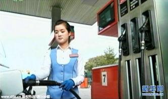 朝鲜中央电视台播出的电影画面,身穿天蓝色工作服、佩戴胸牌的年轻...