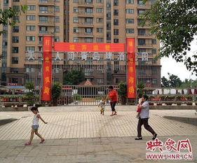 黄色网站名字-几名小孩在有色情暗示的条幅前走过-郑州一夜市悬挂对联 色诱 顾客 ...