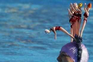 ...,一名参赛者头戴帽饰参加英国冬泳锦标赛.)-2015年度趣图 天空现...