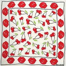 身上的一抹鲜艳能让你更加甜美可人.   1.EmilloPucci的丝巾有点抽象...
