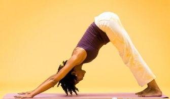 在地板上,臀部高高撅起,两腿距离与臀部同宽.两手擦着地面往前移...