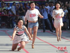 图片说明:一名女子脚穿高跟鞋赛跑不幸摔倒.韦亮摄-山西高跟鞋赛...
