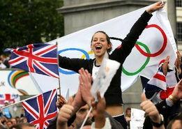 伦敦申奥成功 一位女孩挥舞奥运会旗庆祝成功