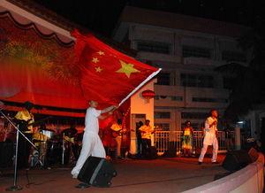 ...演出活动中挥舞中国国旗,传播中国传统文化 图片有作者本人提供-...