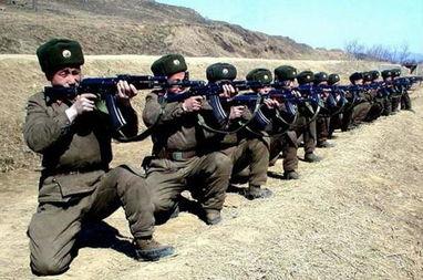 资料图:朝鲜军人进行射击训练.-韩媒怀疑朝鲜国家级军事训练照片...