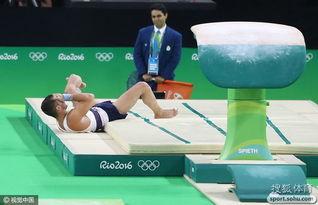 法国体操选手跳马摔断腿 表情十分痛苦
