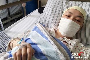 ...能从手指处插进输液管.摄影?-19岁女孩画 抗癌日记 笑对白血病