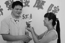 着小雨,沈阳市柳条湖社区的一间... 花冠军的妻子祝永琴默默地看着忙...