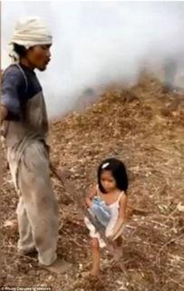 女孩赤脚泥坑里踩泥-菲律宾5岁女童每天接送盲人爸爸上下班