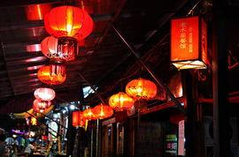 酒吧门前挂满了大红灯笼 -浪漫古城中徘徊 夜游大理