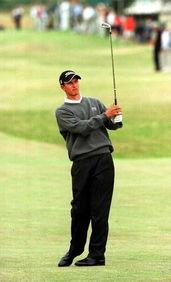 2000年,19岁的亚当-斯科特首次参加英国公开赛,不过他在圣安德鲁...