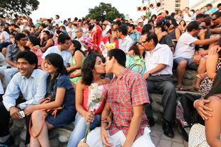 2月14日秘鲁首都利马,情人节活动在公园亲吻的人们-2014年里最动人...
