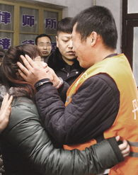 丹东 戴手铐与怀孕女友领婚证