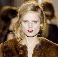 魅魑夜-这一年巴黎时装周的秀场上,模特们不再如往日一般的优雅、高贵,她...