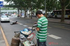 ...路经边家村过街天桥上,忽然看见下面马路上躺着拄双拐的中年人-...