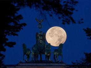 ...勃兰登堡门上的四马二轮雕塑之上.(图片来源:Getty Images)-在...