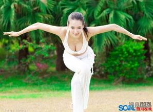 偷拍大胸美女在公园里练瑜珈