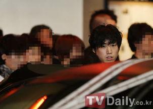 Tablo父亲出殡 Tablo表情木然