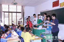 两地学生一起玩看图抢说英语单词活动.-香港学生来莞交流 很佩服新...