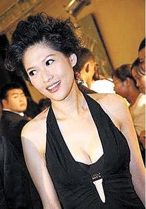 美女主持沈星,早前遭内地富商李军强闯在港香闺,她其后向法庭申请...