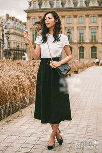 色撸撸色色网撸撸色网-基础款的白T恤配黑色伞裙,踩着优雅的粗跟小皮鞋,漫步在巴黎街头...