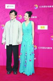北京国际电影季 章子怡蓝雪纺裙携成龙亮相
