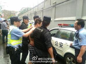 澡堂同志上海-...一赤膊男子公共浴室外偷窥 发飙 袭警被刑拘