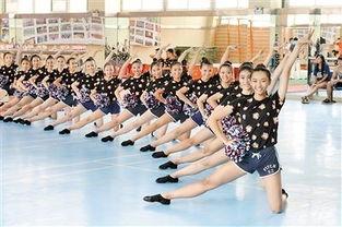 、转体等啦啦操动作,汗如雨下……   29中这群女生 要去巴黎跳啦啦操...
