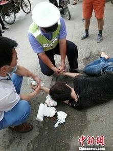 江苏沛县一男口吐白沫晕倒街头 两辅警紧急救助送医守护