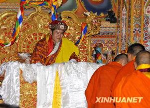 旺楚克(左)在加冕仪式上接受祝福.   6日,