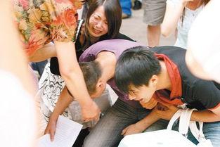 跪下 撅起来 自己扒开-...告人与家人当场下跪感谢旁听居民的支持..    摄 -青年逃离传销点...