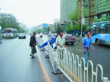 行人肆意横穿马路.-哈尔滨建国街上护栏两个月遭 强拆 30余次