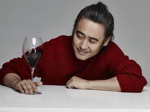 吴秀波丸子头造型广告首秀,解锁饮酒新姿势