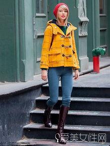 色撸撸色色网撸撸色网-霉霉(Taylor Swift)利用红色针织帽撞色黄色的牛角外套和绿色的毛衣...