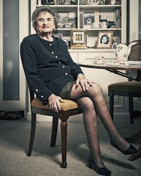 ...但是这位老妇人却选择了不同的方式.已身为祖母的希拉,现在有3...