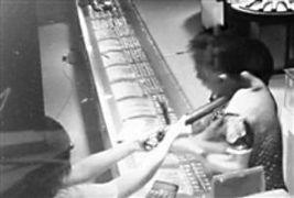 趁老太抓住劫匪的手,店员小王用电棍对抗歹徒.视频截图-广场舞大...