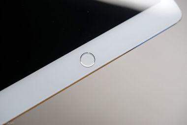Pad Air模型清晰上手图,从图片中我们可以清晰看到iPad Air2机身厚...