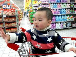 有没有在线看v-↑ 谁说男孩子不能玩布偶?   都把超市当自己家了.   搬光,一个也不放...