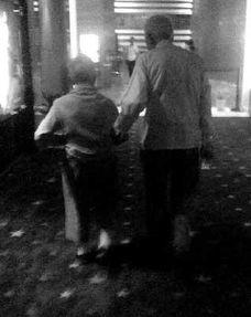 老人牵手图片唯美背影