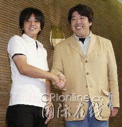 亚洲强奸会所-...东京丸之内东京会馆前握手祝贺-人民网日本版--主页
